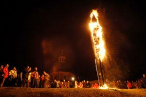Vlaamse traditie: een stropop verbranden om de winter te verjagen en de lente te verwelkomen. Bron: Jan Coppens, wikipedia.nl