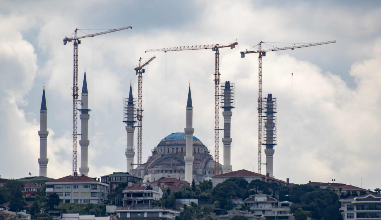 Imam wil moskeeën bouwen in onze grote steden – met buitenlandse geld. Tijd voor een aparte behandeling.